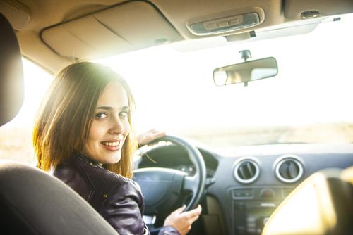 mujer al volante axp